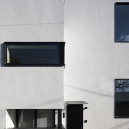 ハコノオウチ05 ルーフバルコニーのある二世帯住宅 (親世帯玄関アプローチ)