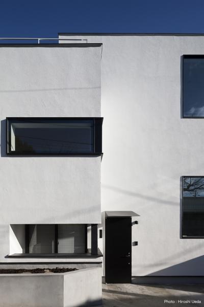 親世帯玄関アプローチ (ハコノオウチ05 ルーフバルコニーのある二世帯住宅)