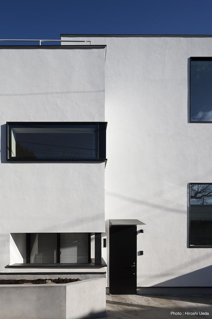 ハコノオウチ05 ルーフバルコニーのある二世帯住宅の写真 親世帯玄関アプローチ