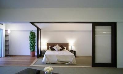 海に寄り添う湘南の家 (寝室)