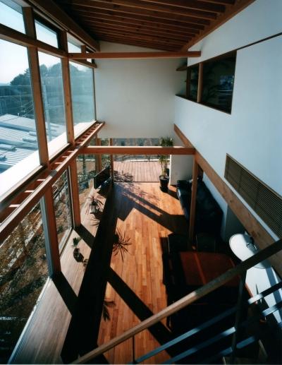 階段からリピング吹抜を見る (海の見える丘の家)