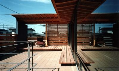 【杉並の家】 木の軸組、縁側空間。日本の住文化を立体展開 (テラス)