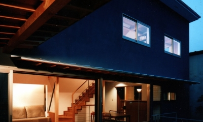 【杉並の家】 木の軸組、縁側空間。日本の住文化を立体展開 (庭から望むリビングダイニング)