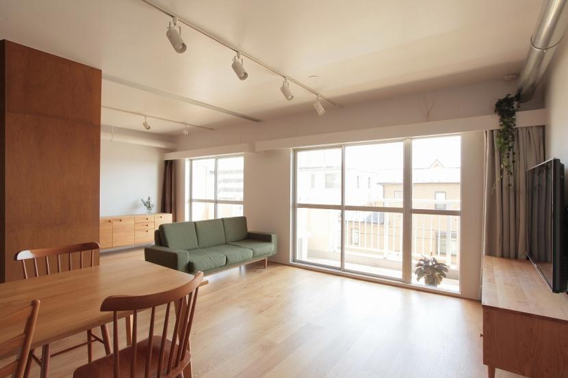 家族の成長とともに変化できる自由な家(武蔵浦和のリノベーション)の部屋 リビング