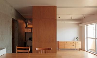 家族の成長とともに変化できる自由な家(武蔵浦和のリノベーション) (リビング、書斎)