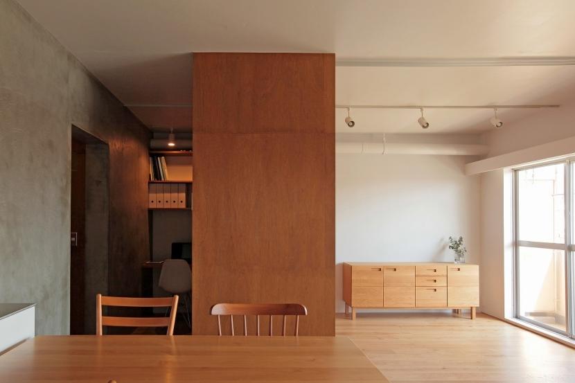 家族の成長とともに変化できる自由な家(武蔵浦和のリノベーション)の部屋 リビング、書斎