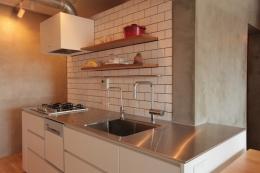 家族の成長とともに変化できる自由な家(武蔵浦和のリノベーション) (キッチン)
