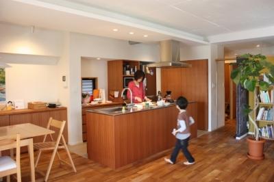 真ん中のキッチン (家族の思い思いのそれぞれの居場所があるIさんの家)