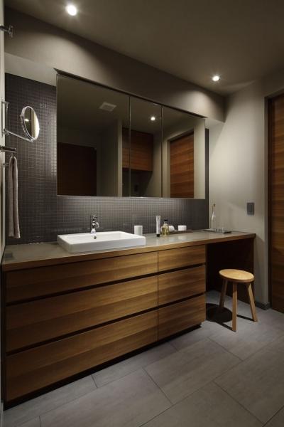 座って準備できる洗面室 (碑文谷・時層の家)