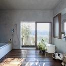 大きな窓のあるバスルーム