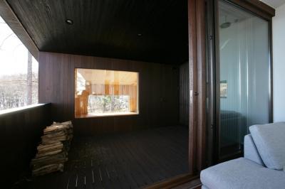 屋根のあるデッキテラス (軽井沢・日時計の家)