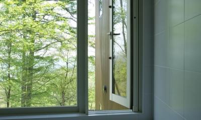 軽井沢・Sundial house (森に面した浴室)