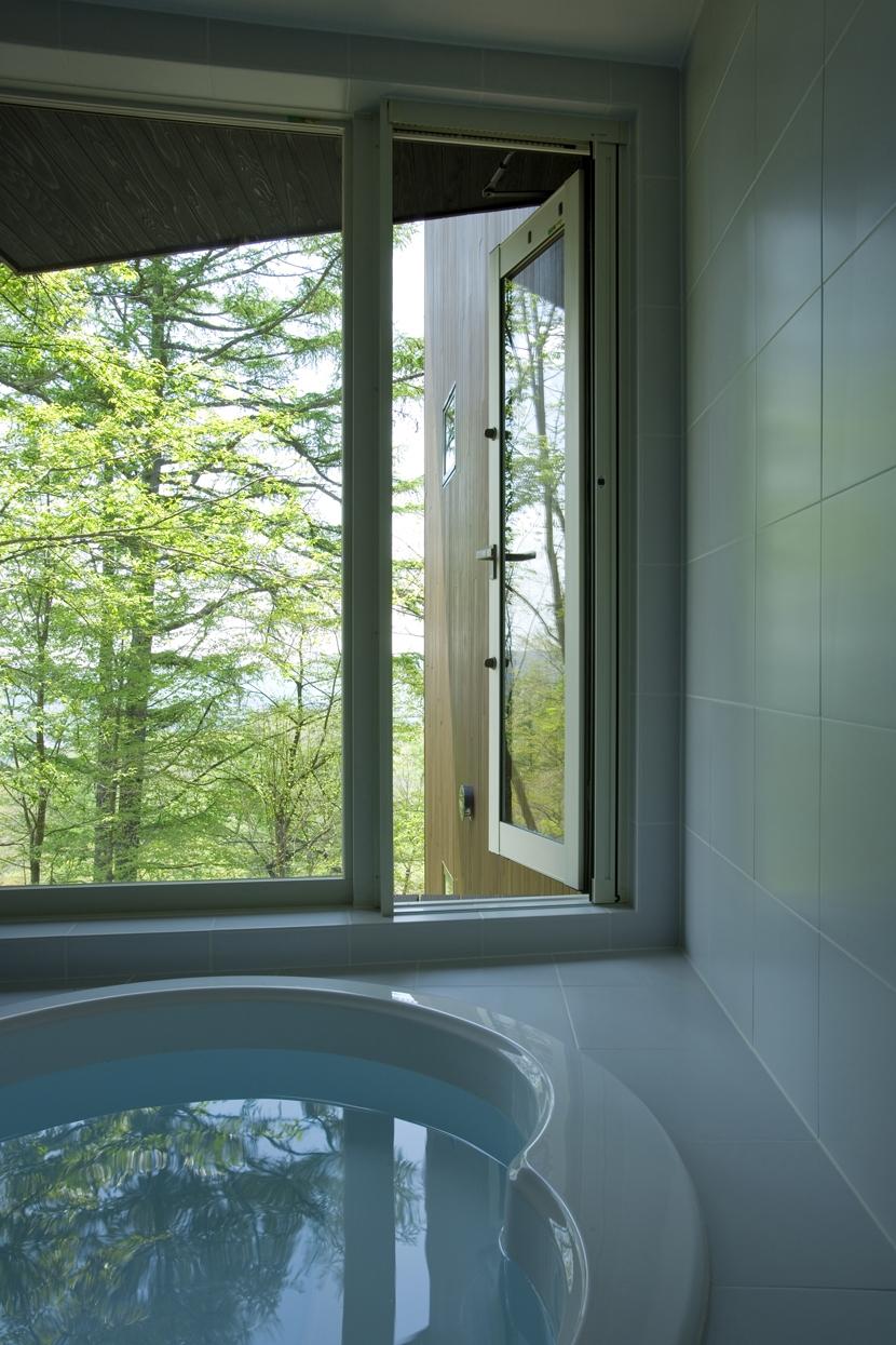 軽井沢・日時計の家 (森に面した浴室)