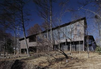 崖下からの外観 (軽井沢・日時計の家)