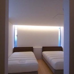 空を感じる家 (寝室)