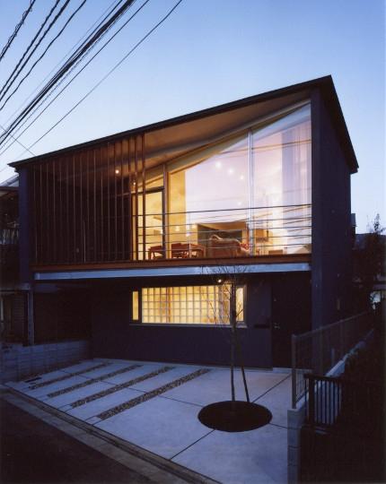 菱形の家の写真 夕景