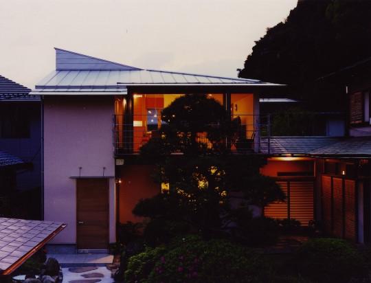 森を望む家の写真 夕景