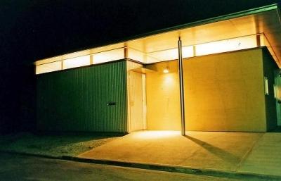 夜景の外観 (中庭のある平屋住宅)