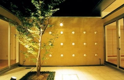 中庭の夜景 (中庭のある平屋住宅)