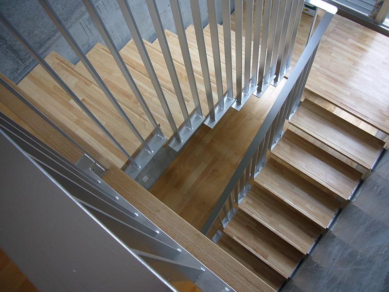 ギャラリーのある二世帯住宅 (階段)