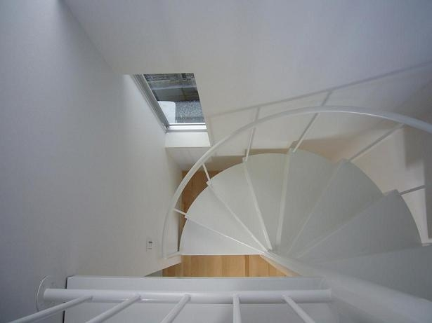 狭小地に建つ木造三階建て住宅の写真 らせん階段