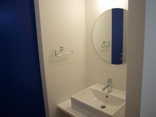 狭小地に建つ木造三階建て住宅の写真 洗面室
