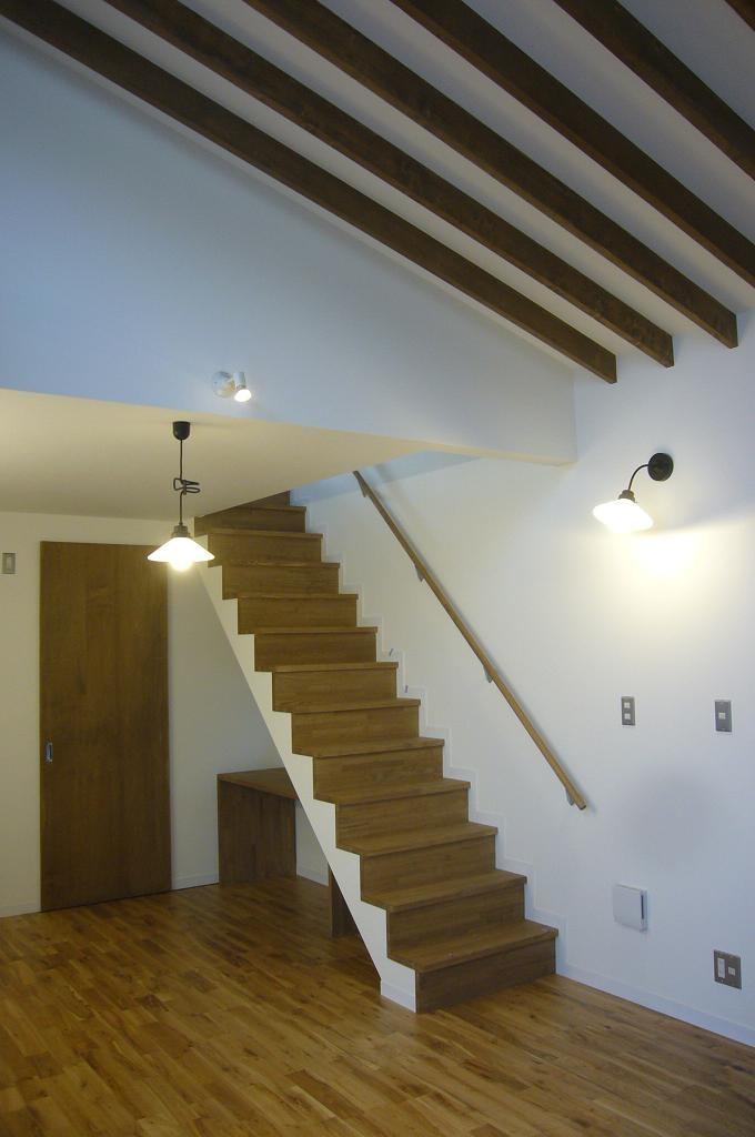 中庭を挟んだ二世帯住宅の写真 階段