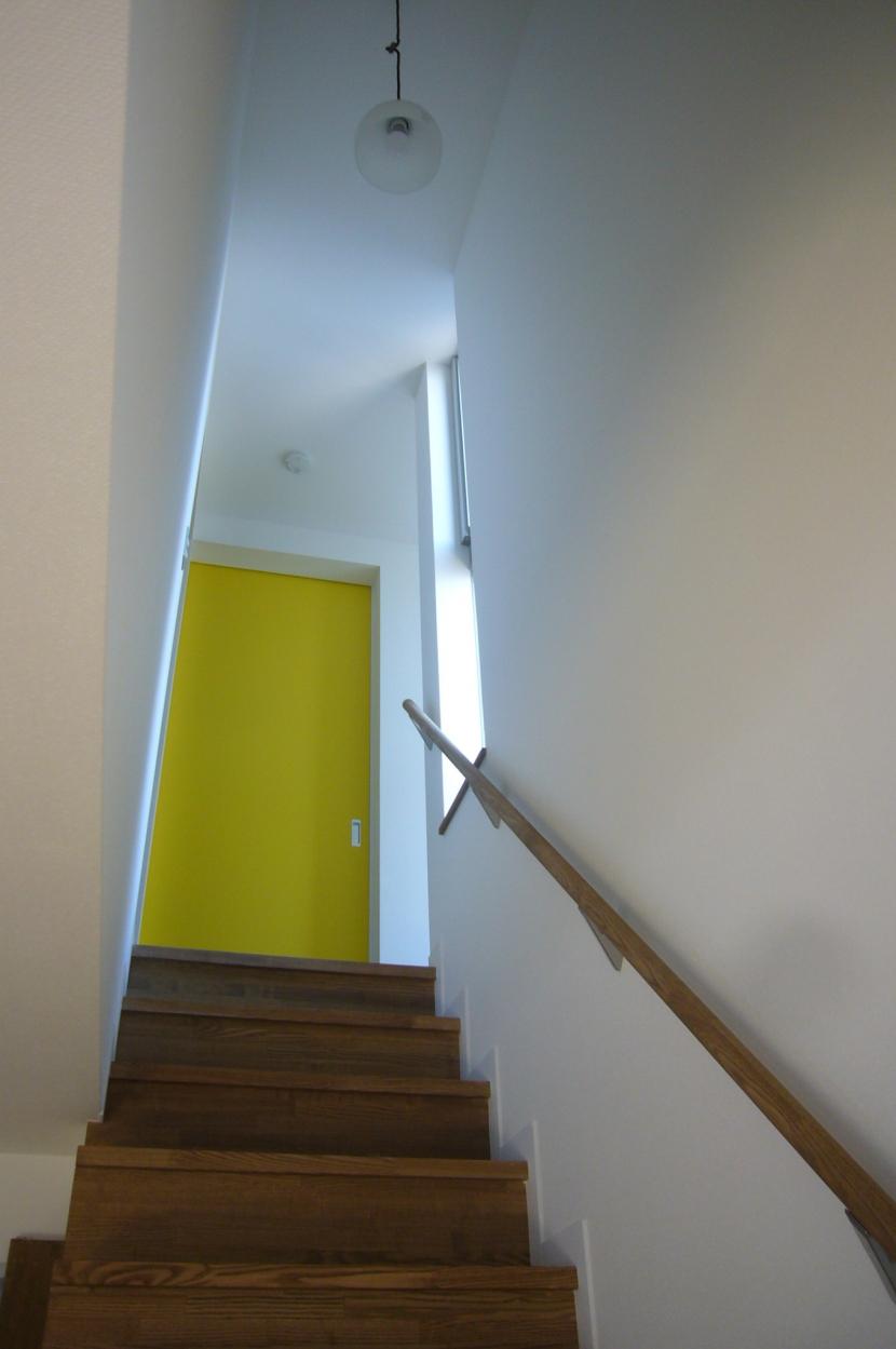 中庭を挟んだ二世帯住宅の部屋 階段