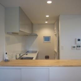 狭小地に建つ木造三階建て住宅 (キッチン)