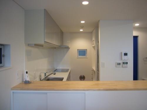 狭小地に建つ木造三階建て住宅の写真 キッチン