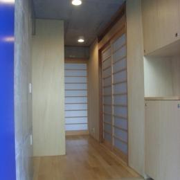 ギャラリーのある二世帯住宅 (玄関)