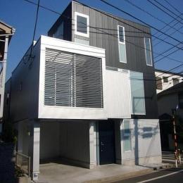 狭小地に建つ木造三階建て住宅
