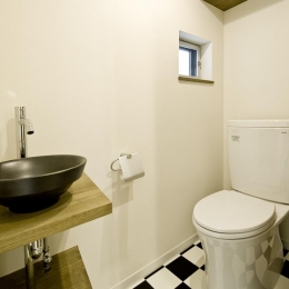 中庭を挟んだ二世帯住宅 (トイレ)