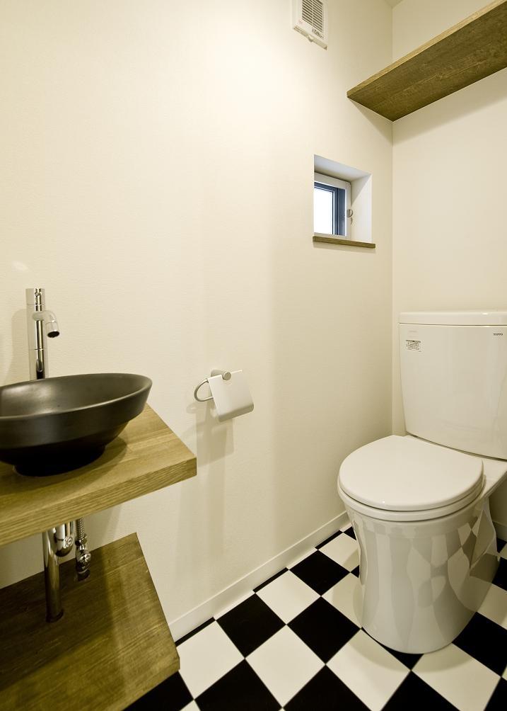 中庭を挟んだ二世帯住宅の写真 トイレ