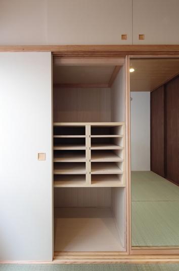 木造耐火構造の町屋~狭小地3階建ての住まい~ (和装棚)