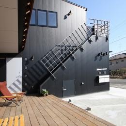 西側の外観。趣味のジョギング後、2階浴室直行の外部階段がアクセント (ウッドデッキのある二世帯の家)