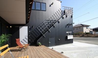 ウッドデッキのある二世帯の家 (西側の外観。趣味のジョギング後、2階浴室直行の外部階段がアクセント)