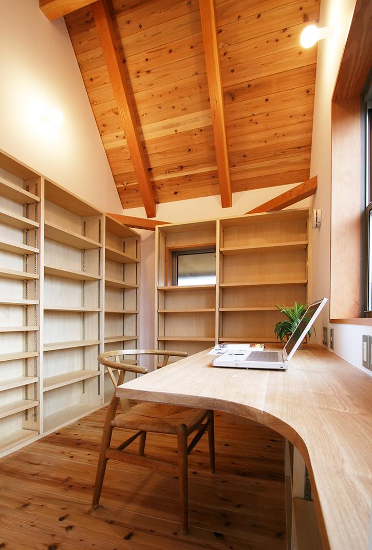 南側全て吹抜の家の部屋 東向きの気持ちの良い書斎