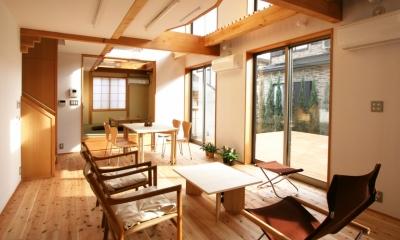 南側全て吹抜の家 (吹抜による明るく開放的なリビングダイニング+和室)
