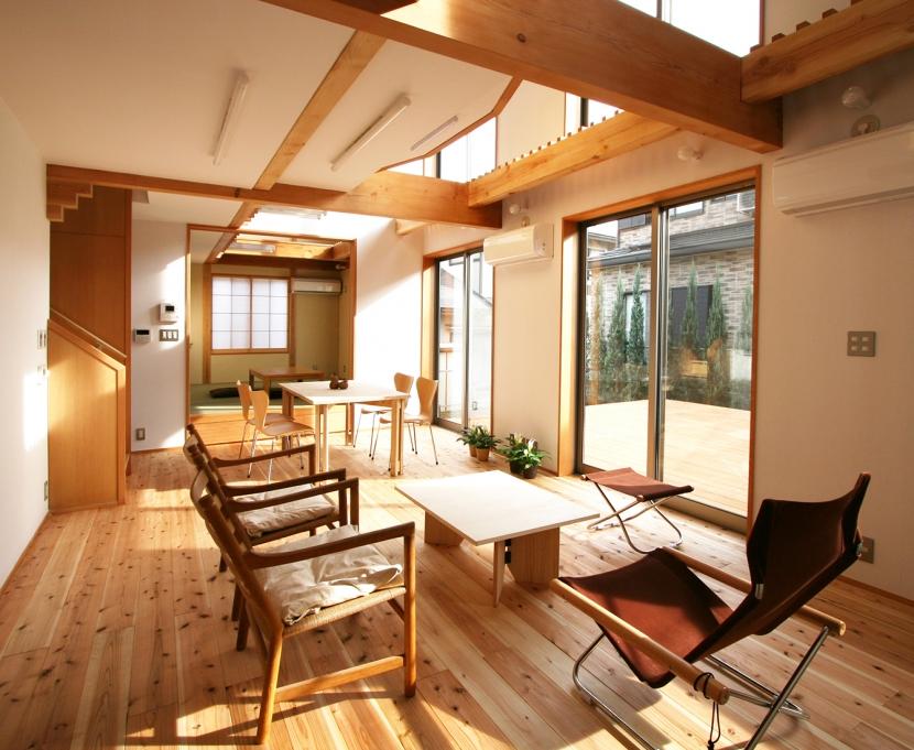 南側全て吹抜の家の部屋 吹抜による明るく開放的なリビングダイニング+和室