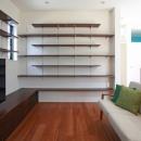 猫と暮らす中庭のある家の写真 充実した本棚を備えたリビング