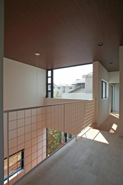 吹き抜けに面した2階プレイルーム(将来の子供室) (猫と暮らす中庭のある家)
