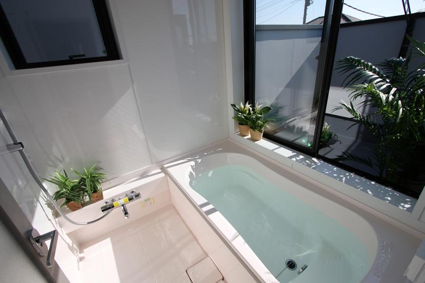 ウッドデッキのある二世帯の家の写真 バスコートのある2階浴室