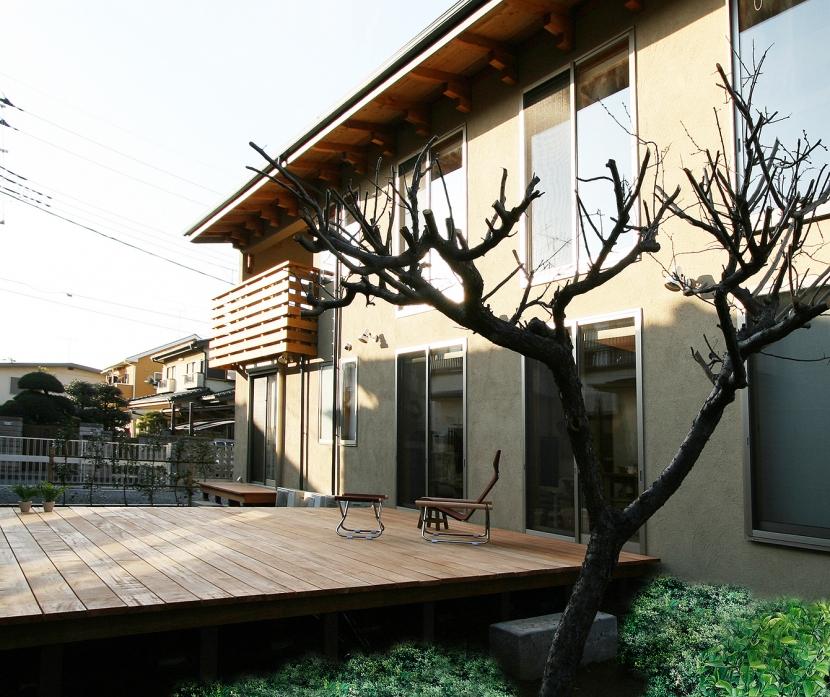 南側全て吹抜の家 (庭のような広々ウッドデッキのある南側外観です。)
