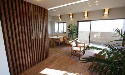 縦格子間仕切のある家 (ボックス型の照明に両側に板を添えるだけで、なかなかいい雰囲気の照明器具になりました。)