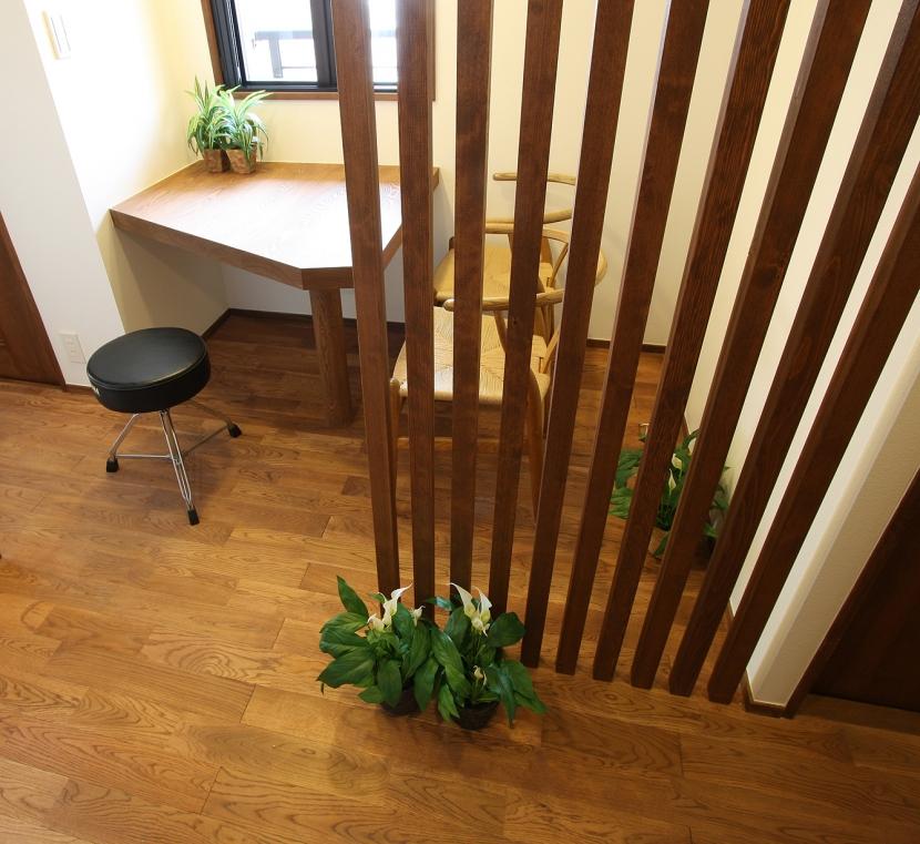 縦格子間仕切のある家の部屋 これは便利な接客コーナー。急な来客、リビングをかたづけなくても、もう大丈夫。