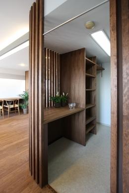縦格子間仕切のある家 (縦格子の間仕切で隠すキッチン。対面キッチンでオープンにするのは、ちょっと抵抗がある方に、格子を使って、ちょっと目隠し、気配がわかるくらいの仕切りを施しました。)