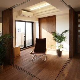 縦格子間仕切のある家 (引き篭りをさせない子供室。当分は、居間の延長として使えるよう、間仕切を全て可動にして、広さを確保しました。)