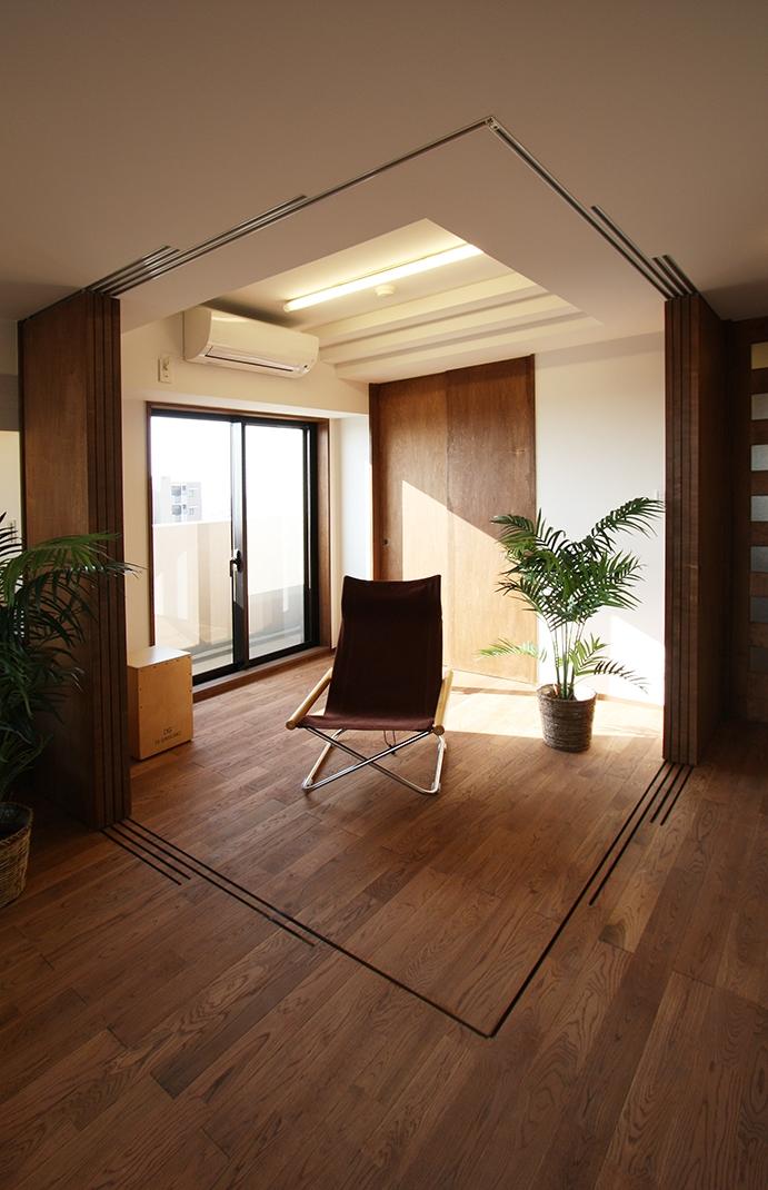 縦格子間仕切のある家の部屋 引き篭りをさせない子供室。当分は、居間の延長として使えるよう、間仕切を全て可動にして、広さを確保しました。