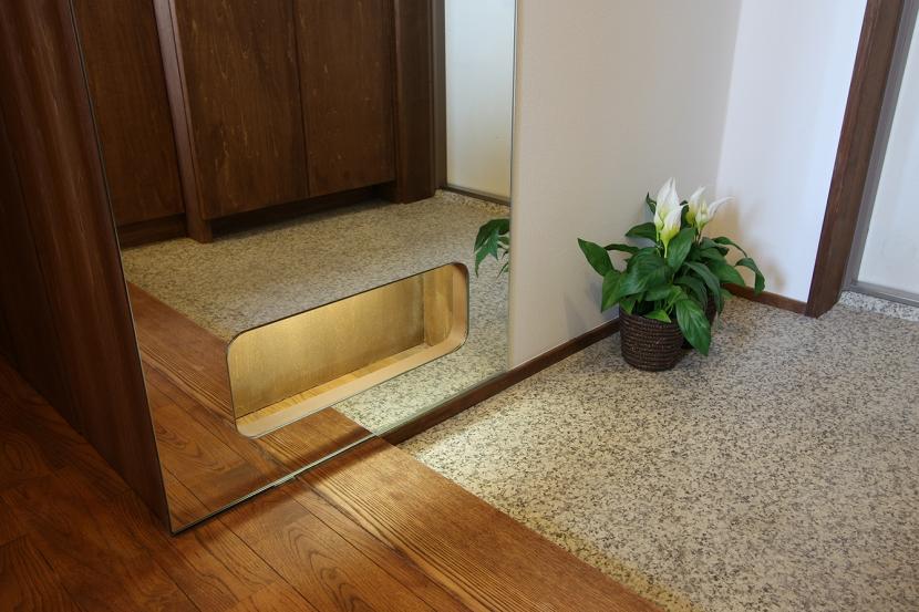 玄関事例:カガミをくり抜いたフットライトは、ちょっといい感じ。(縦格子間仕切のある家)